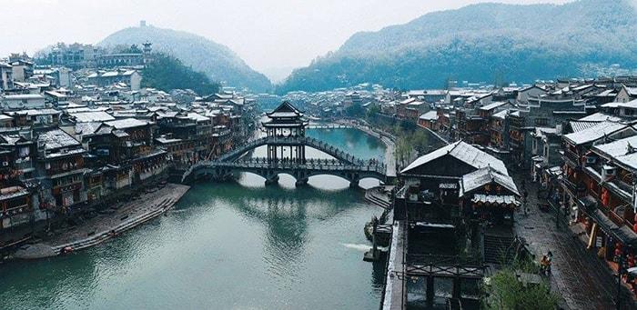 Tuyết rơi trên các mái nhà ở Phượng Hoàng cổ trấn vào mùa đông