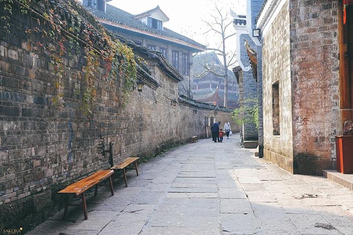 Đường phố ở Phượng Hoàng cổ trấn vào mùa hè