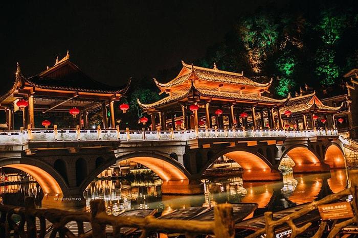 Khung cảnh tuyệt đẹp của Phượng Hoàng cổ trấn về đêm