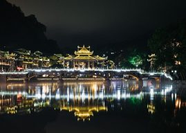 Khám phá Phượng Hoàng cổ trấn về đêm – Chơi gì? Ăn gì?