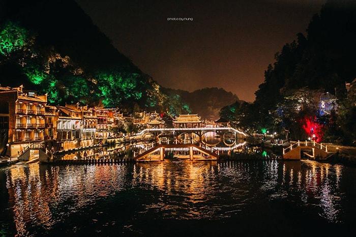 Lầu Phong thủy Hồng Kiều ở Phượng Hoàng cổ trấn về đêm