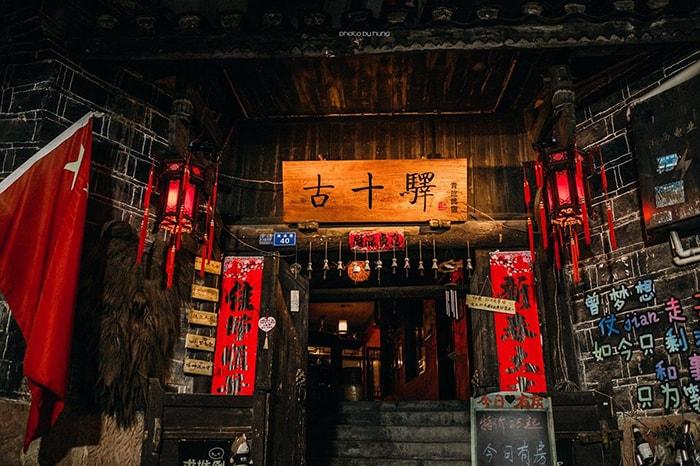Một cửa hàng bán đồ lưu niệm ở Phượng Hoàng cổ trấn về đêm