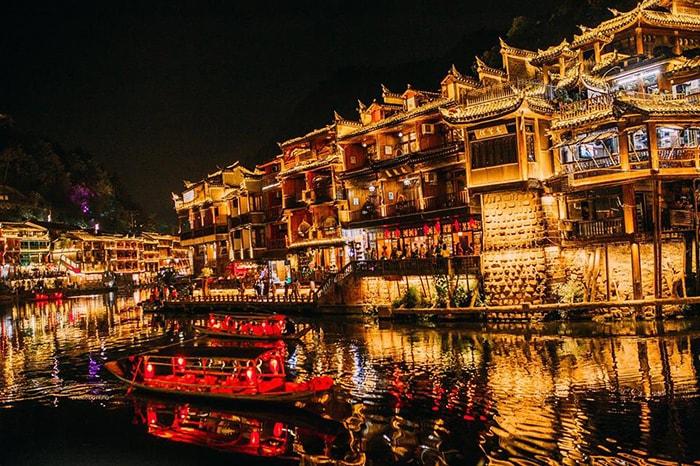 Phượng Hoàng cổ trấn rực rõ ánh sáng về đêm