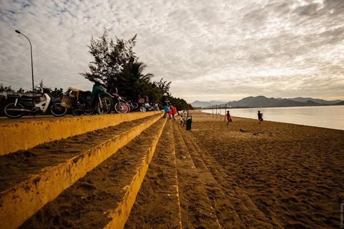 Bãi biển Ninh Chữ lúc hoàng hôn