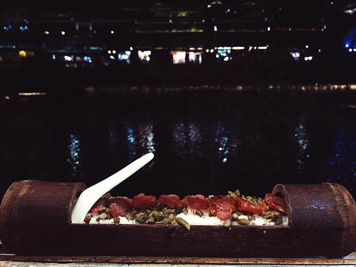 Cơm ống tre là món ăn khá độc đáo ở Phượng Hoàng cổ trấn