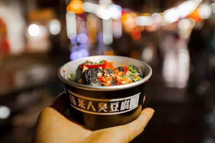 Đậu hũ thối là món ăn rất nổi tiếng ở Phượng Hoàng cổ trấn