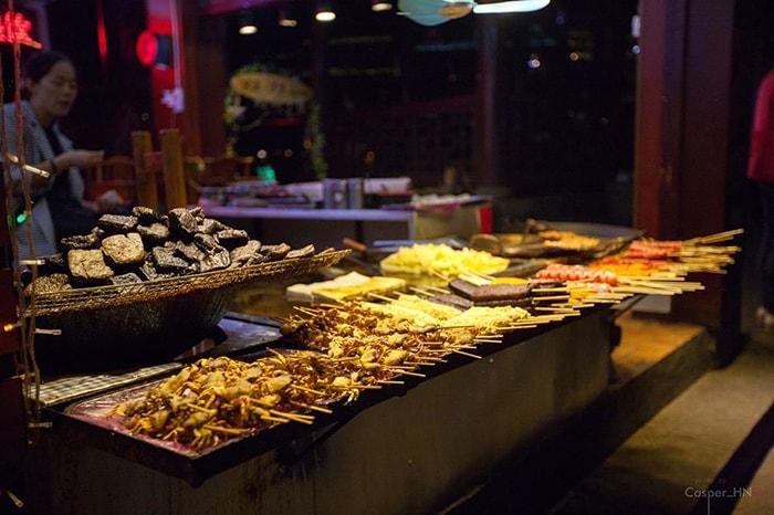 Đồ nướng ở Phượng Hoàng cổ trấn rất đa dạng