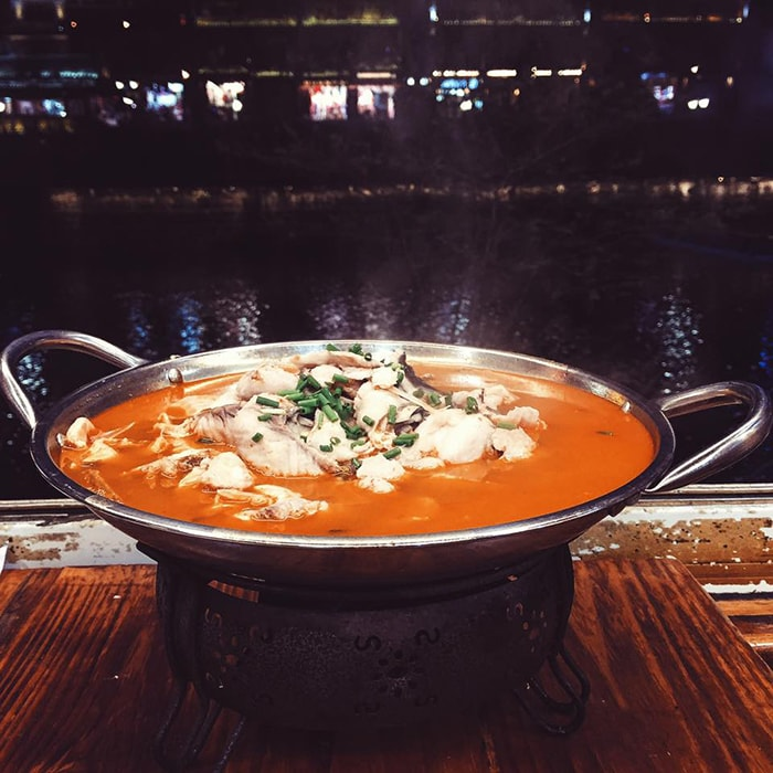 Lẩu cá cay là món ăn rất nổi tiếng ở Phượng Hoàng cổ trấn