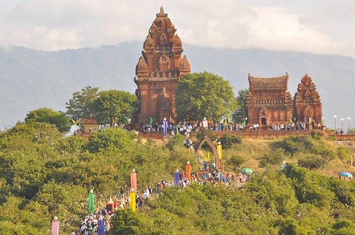 Khách du lịch đến tham quan tháp Chăm Poklong Giarai