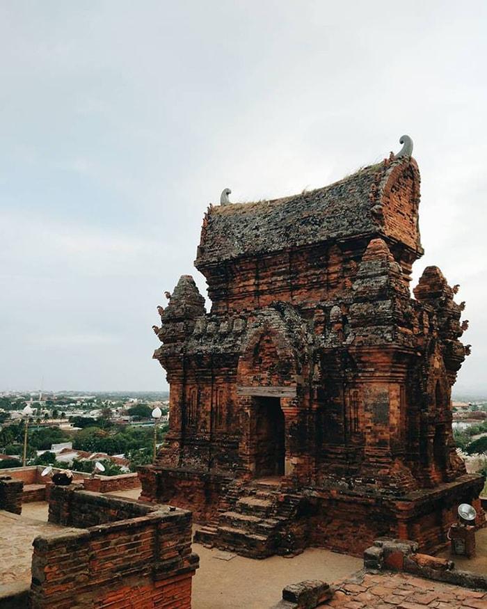 Ngôi đền cổ trong khu tháp Po Klong Giarai