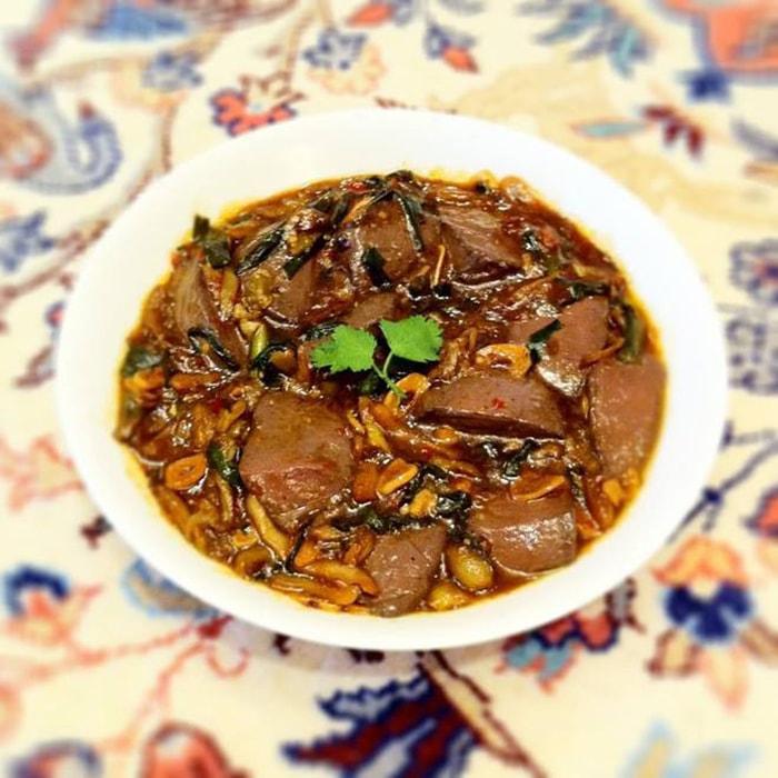 Vịt hầm tiết và gạo nếp là món ăn khá thú vị ở Phượng Hoàng cổ trấn