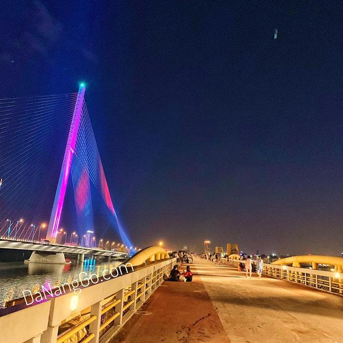 Đà Nẵng về đêm trên cầu đi bộ sông Hàn