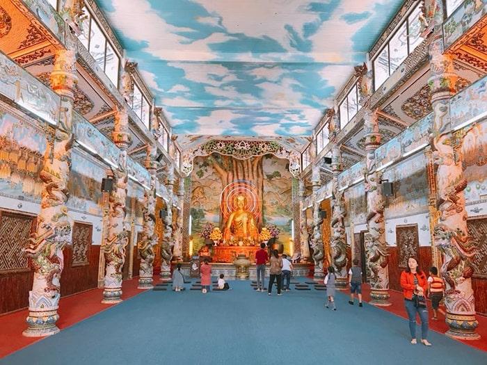 Không gian bên trong chùa Linh Phước