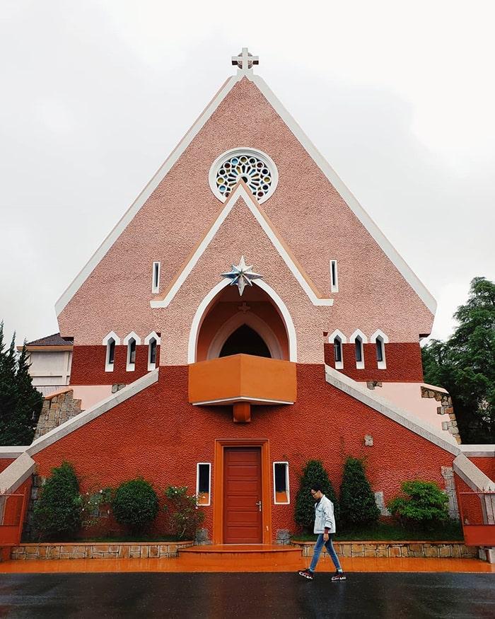 Nhà thờ Domain de Marie có màu hồng độc đáo
