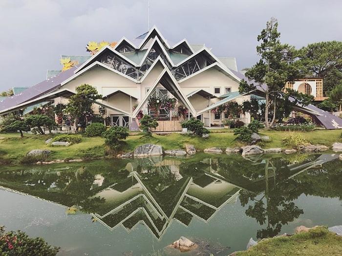 Một ngôi nhà có kiến trúc độc đáo trong khu du lịch Lá Phong