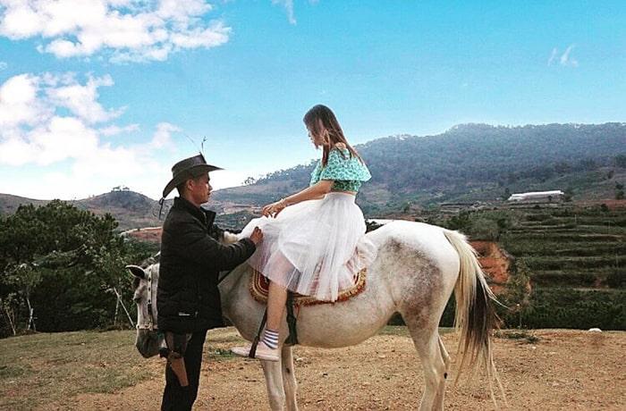 Cưỡi ngựa trong khu du lịch Lang Biang