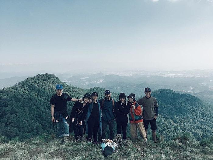 Đi bộ lên đỉnh Lang Biang là trải nghiệm yêu thích của các bạn trẻ