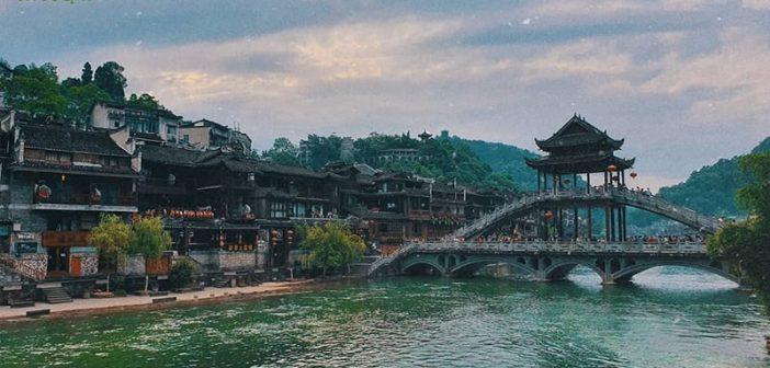 Khám phá Lầu Phong Thúy Hồng Kiều ở Phượng Hoàng cổ trấn