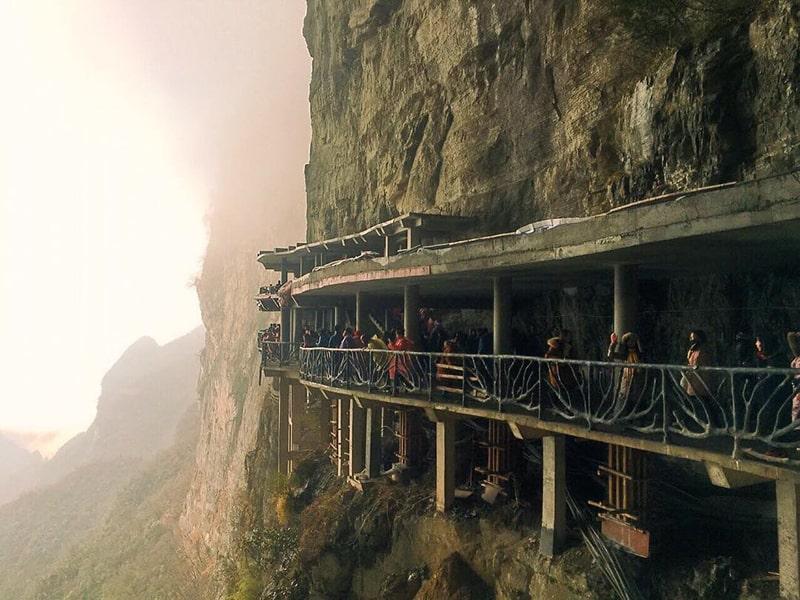 Con đường ven sườn núi lên đỉnh Thiên Môn Sơn
