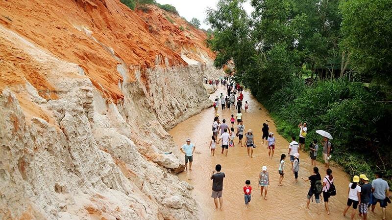 Suối Hồng với những nhũ đá nhấp nhô trên nền cát đỏ và thiên nhiên hoang sơ