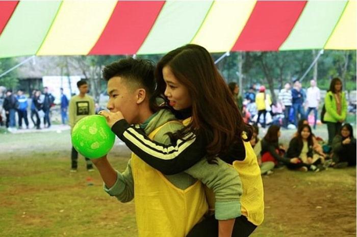 Cách chơi trò cõng bạn thổi bóng