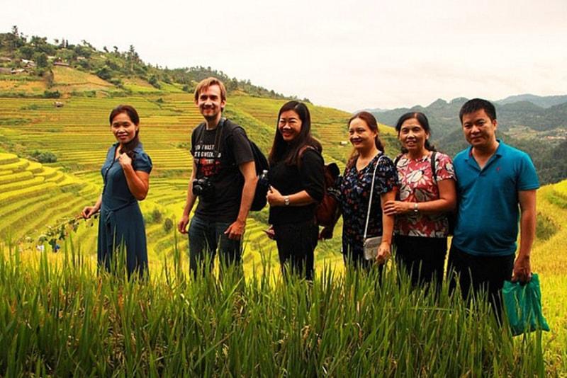 Du khách nước ngoài thích thú khi du lịch bản Lao Chải, Sapa, Lào Cai