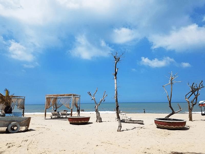 Nhiều mô hình dựng sẵn là địa điểm sống ảo được nhiều bạn trẻ yêu thích ở bãi biển Cam Binh