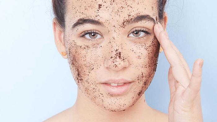 Tẩy da chết khiến da dễ bị tổn thương, dễ bắt nắng hơn